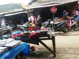 Pedagang Pakaian di Pasar Bukitkemuning Ramai Diserbu Pembeli