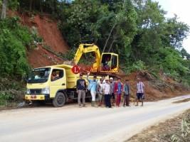 Pembersihan Longsor di Bukitkemuning Terus Dilakukan