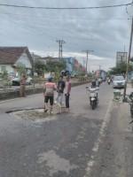 Pemkab Lampura Perbaiki Jalan Dekat Bank BPD