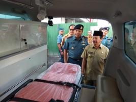 Pemkot Serahkan Ambulans Untuk Lanal Lampung
