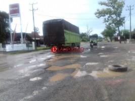 Pengendara Keluhkan Jalan Rusak di Sepanjang Jalintim Tulangbawang