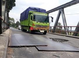 Pengendara Keluhkan Kondisi Jembatan di Jalintim Bujungtenuk