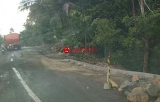 Pengendara Keluhkan Tumpukan Material di Badan Jalan Jalinbar
