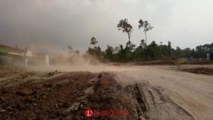 Pengguna Jalan Keluhkan Debu di JTTS Dusun Kayu Ubi