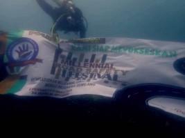 Penyelam Pasang Spanduk Millennial Road Safety Festival di Bawah Laut