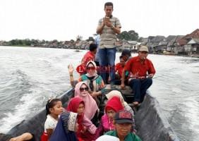 Perahu Otok Jadi Transportasi Andalan Warga Desa Sritanjung