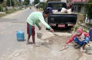 Perbaiki Jalan Rusak Berlubang Sementara, Dinas PU Lampura Gunakan Adukan Semen dan Batu