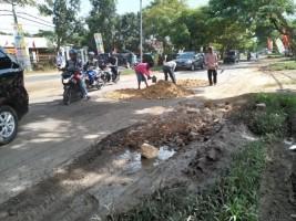 Perbaiki Jalan Ryachudu, Mukhlis Basri Ajak Warga Gotong Royong