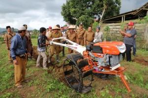 Percepat Olah Lahan, Kelompok Tani dapat Bantuan Handtraktor