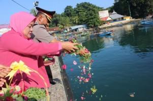 Peringati Hari Bhayangkara, Polres Lambar Gelar Tabur Bunga di Pelabuhan Kuala Stabas