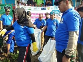 Peringati HPSN, Polres Tulangbawang Gelar Bersih-bersih Pantai