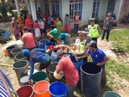 Peringati HUT ke-63, Satlantas Polres Lamsel Bantu Air Bersih ke Warga