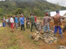 Personel Kodim 0422 Bangun Ponpes di Balikbukit