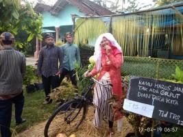 Petugas di TPS 12 Kampung Sendangbaru Pakai Nuansa Tradisional
