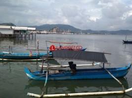 Petugas Dinas Perikanan Cek Perahu Nelayan Pesawaran yang Diduga Dimiliki Warga Bandar Lampung
