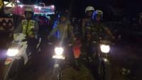 Petugas Pos Pam Tugu Cokelat dan Anggota TNI Patroli Bersama