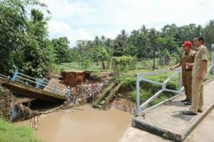 Plt Bupati Lampung Selatan Tinjau Jembatan Putus di Desa Sukabanjar