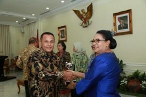 Plt Bupati Lamsel Terima Penghargaan APE