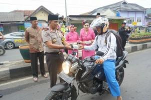 Polda Bagikan 450 Paket Takjil di Tanggamus