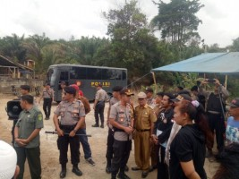 Polisi Kawal Eksekusi Pengosongan Rumah Warga di Abung Tinggi