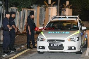 Polisi Malaysia Bawa 284 Tas Berisi Perhiasan dan Uang dari Rumah Najib