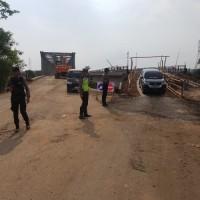 Minibus Bisa Melintas Lewat Jembatan Darurat di Perbatasan Mesuji