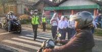 Polres Pesawaran Bantu Anak Sekolah Menyeberang Jalan