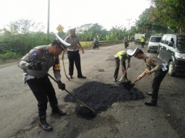 Polres Pesawaran Lakukan Penimbunan Jalan Berlubang