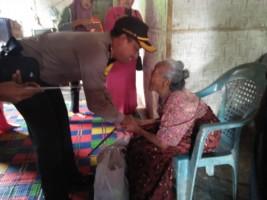 Polres Pesawaran Santuni Janda dan Jompo di Gedongtataan
