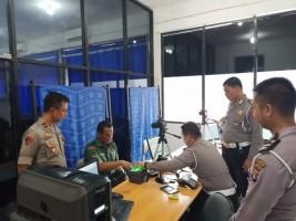 Polres Way Kanan Bagikan Smart SIM Gratis Bagi Anggota TNI