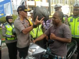Polresta Bandar Lampung BagikanHelm Gratis Buat Pengendara