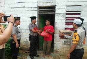 Polsek Banjaragung Beri Bantuan ke Warga