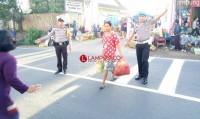 Polsek Gedongtataan Bantu Masyarakat Kurangi Kemacetan