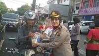 Polwan Polda Lampung Berbagi Takjil