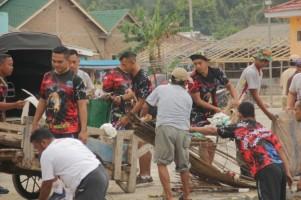 Prajurit Brigif 4 Marinir/BS Kembali Bersih-bersih Pantai Ketapang