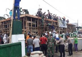 Puluhan Anggota Kodim-Polres Lambar Bersama Warga Gotong Royong Bangun Masjid