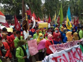 Puluhan Mahasiswa Geruduk Gedung DPRD Lamsel