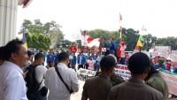 Puluhan Mahasiswa Universitas Megow Pak Geruduk Kantor Bupati