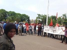 Puluhan Massa Tuntut Tindak Tegas Wabup dan Sekda Lampura