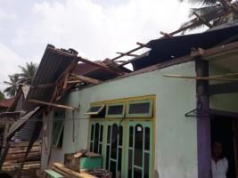 Puting Beliung Hantam Desa Pasarmadang