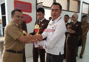 PWI Way Kanan Terima Piala Turnamen Futsal Persahabatan