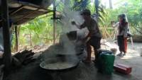 'Rasimin' Masih Bertahan Jadi Perajin Gula Merah di Pulau Sebesi Paska Tsunami