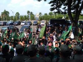 Ratusan Massa HMI Seruduk Gedung DPRD Lampung