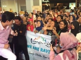 Ratusan Wanita Kerumuni Randy Martin di MBK