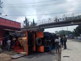 Rem Blong Jadi Penyebab Truk Pengangkut Kayu Terguling di Bypass