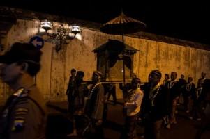 Ribuan Orang Saksikan Kirab Pusaka Keraton Kasunanan