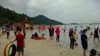Ribuan Pengunjung Serbu Pantai Sari Ringgung