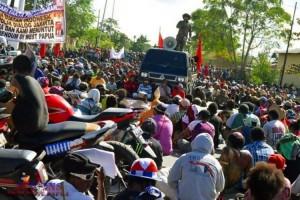 Ribuan Warga Mimika Turun ke Jalan Protes Insiden Malang