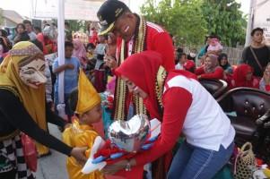 Ribuan Warga Pringsewu Saksikan Pawai Budaya