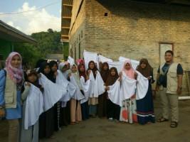 Sahabat Ceria Kembali Salurkan 1000 Jilbab di Pesisir Kalianda